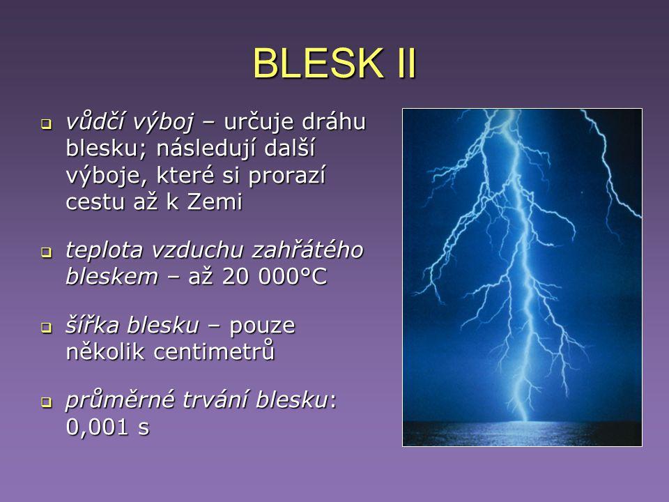 BLESK II vůdčí výboj – určuje dráhu blesku; následují další výboje, které si prorazí cestu až k Zemi.