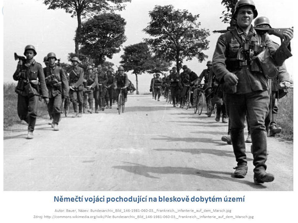 Němečtí vojáci pochodující na bleskově dobytém území