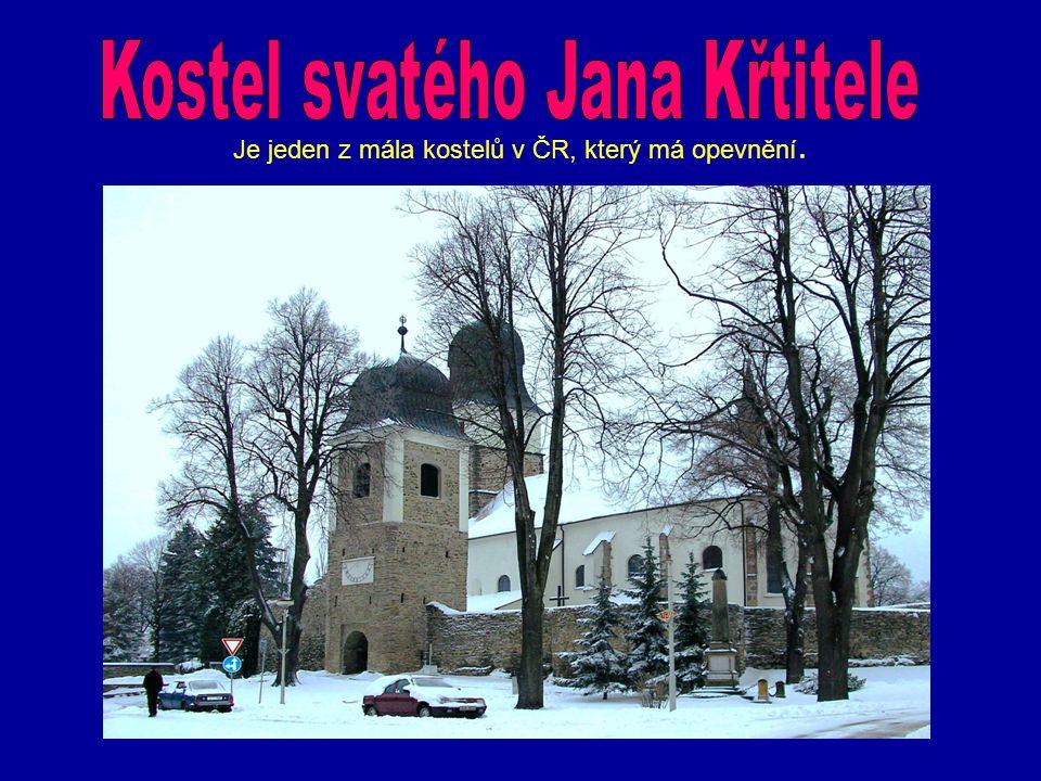 Je jeden z mála kostelů v ČR, který má opevnění.