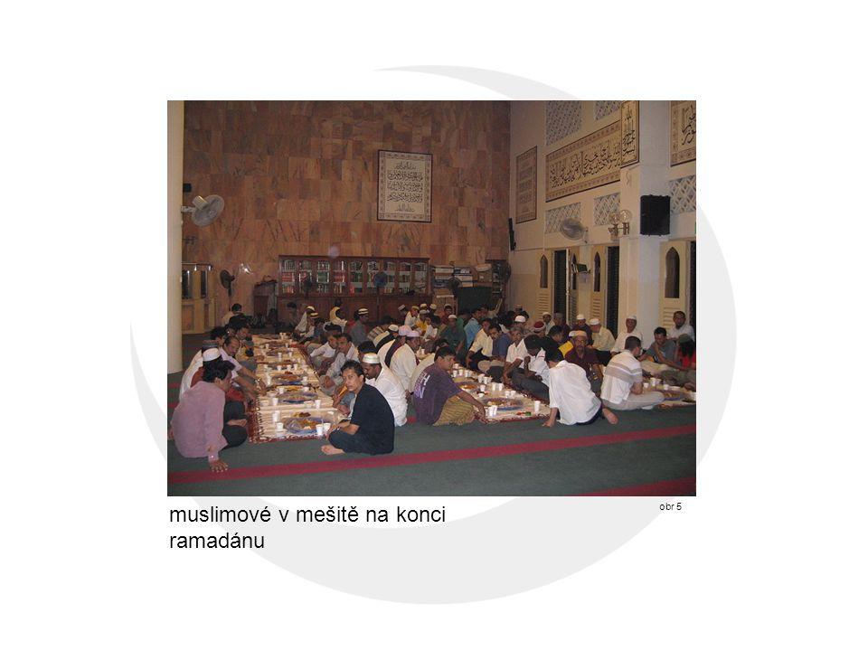 muslimové v mešitě na konci ramadánu