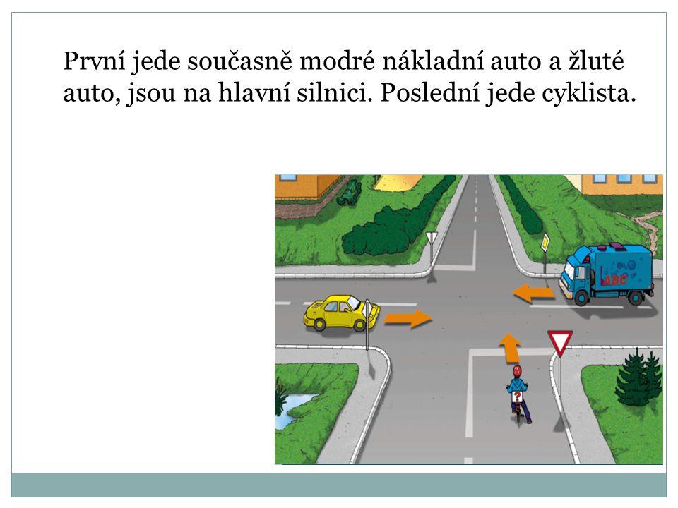 První jede současně modré nákladní auto a žluté auto, jsou na hlavní silnici.