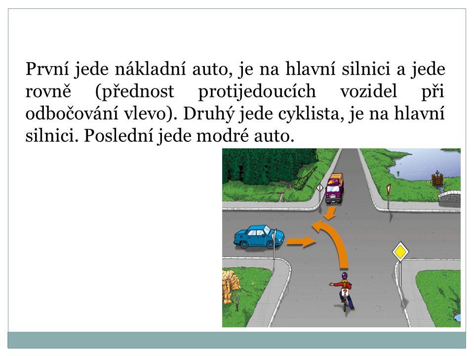 První jede nákladní auto, je na hlavní silnici a jede rovně (přednost protijedoucích vozidel při odbočování vlevo).