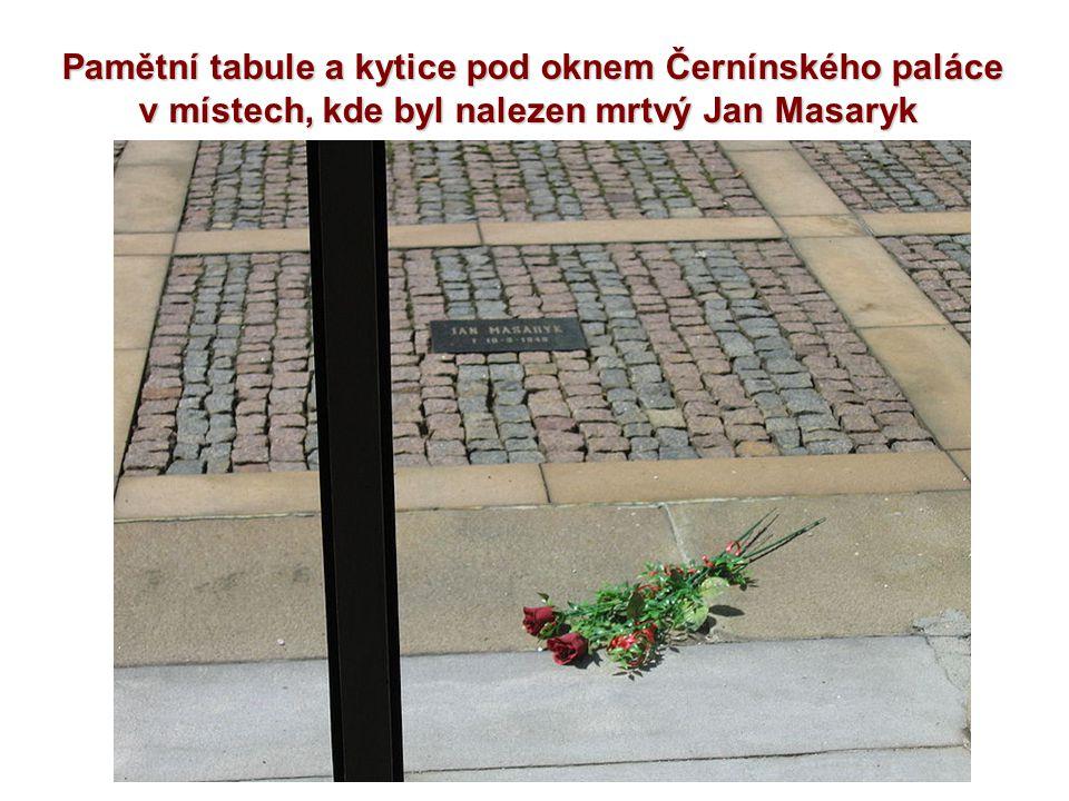 Pamětní tabule a kytice pod oknem Černínského paláce