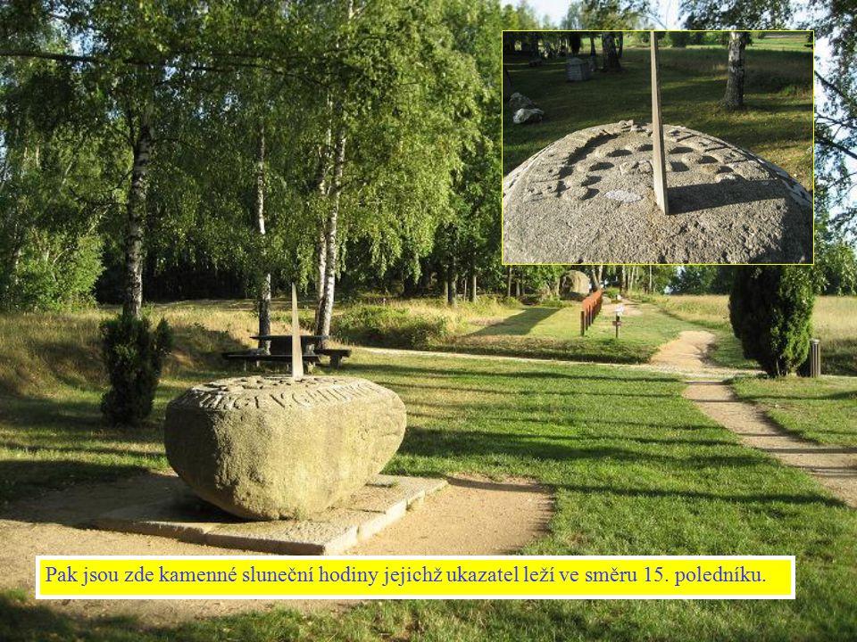 Pak jsou zde kamenné sluneční hodiny jejichž ukazatel leží ve směru 15