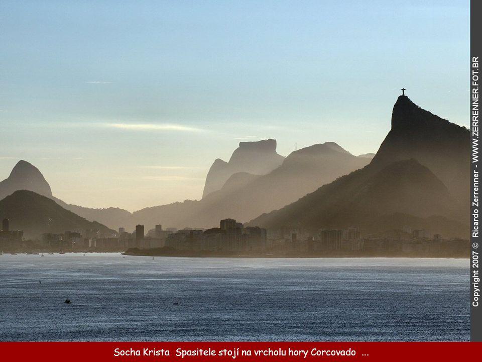 Socha Krista Spasitele stojí na vrcholu hory Corcovado ...