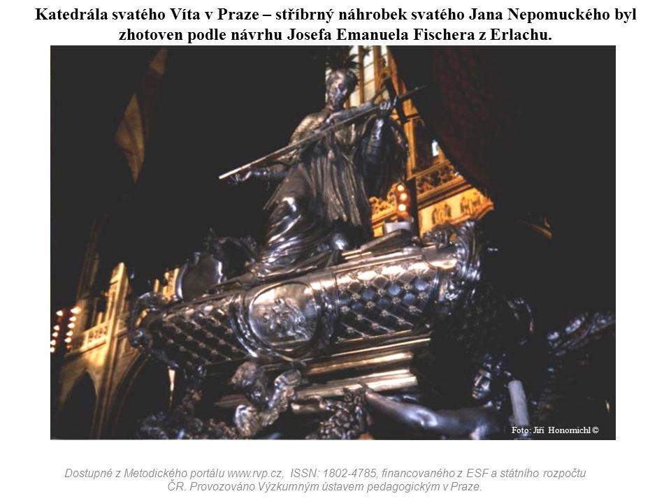 Katedrála svatého Víta v Praze – stříbrný náhrobek svatého Jana Nepomuckého byl zhotoven podle návrhu Josefa Emanuela Fischera z Erlachu.