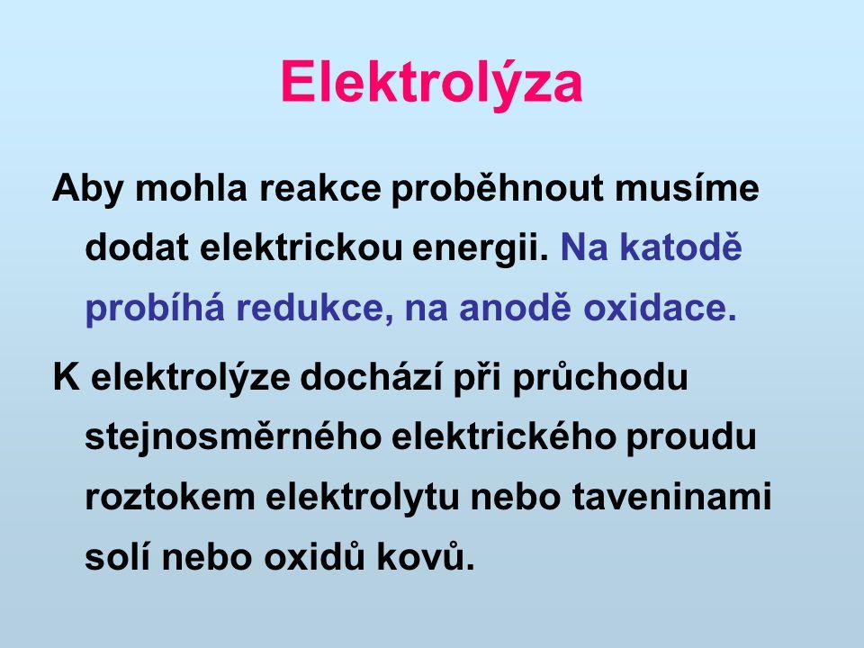 Elektrolýza Aby mohla reakce proběhnout musíme dodat elektrickou energii. Na katodě probíhá redukce, na anodě oxidace.