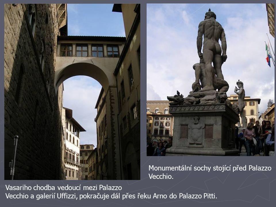 Monumentální sochy stojící před Palazzo