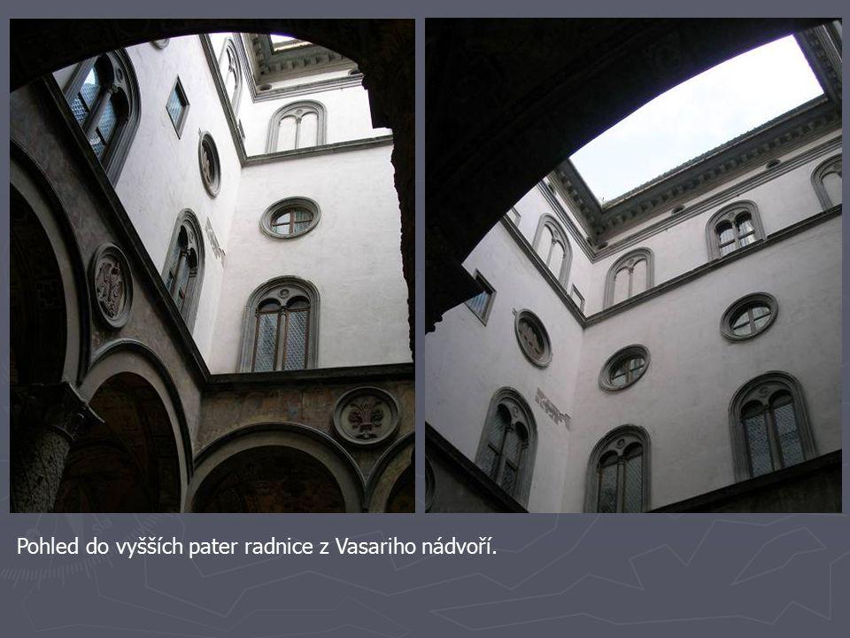 Pohled do vyšších pater radnice z Vasariho nádvoří.