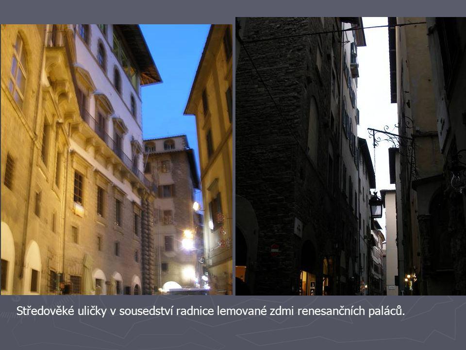 Středověké uličky v sousedství radnice lemované zdmi renesančních paláců.