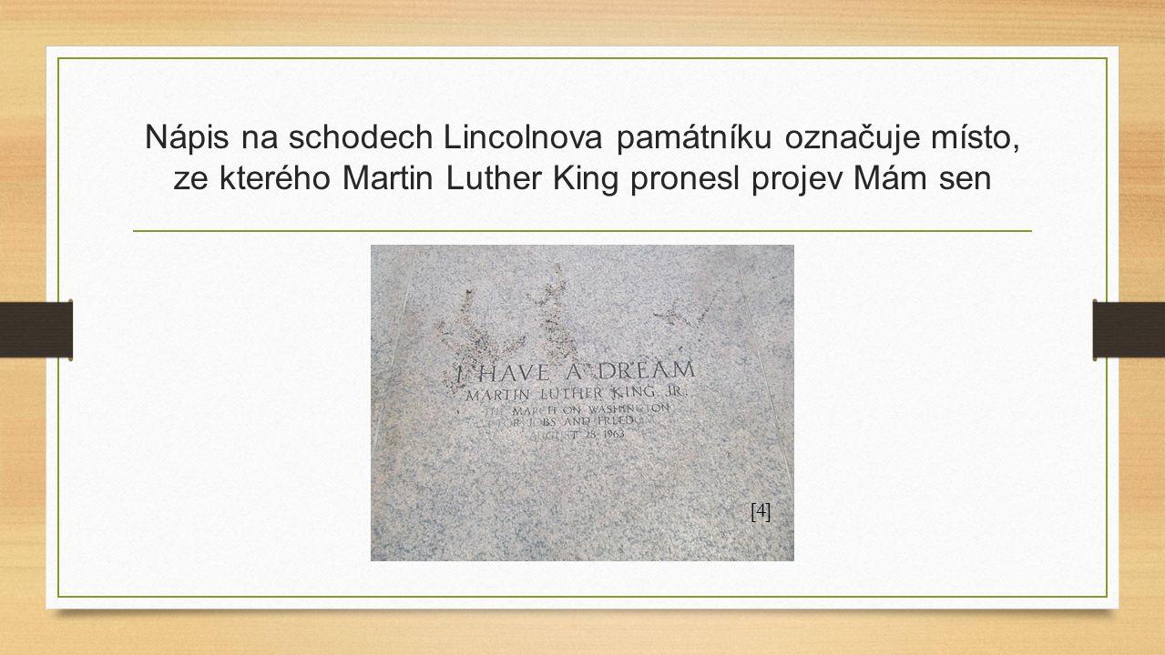 Nápis na schodech Lincolnova památníku označuje místo, ze kterého Martin Luther King pronesl projev Mám sen