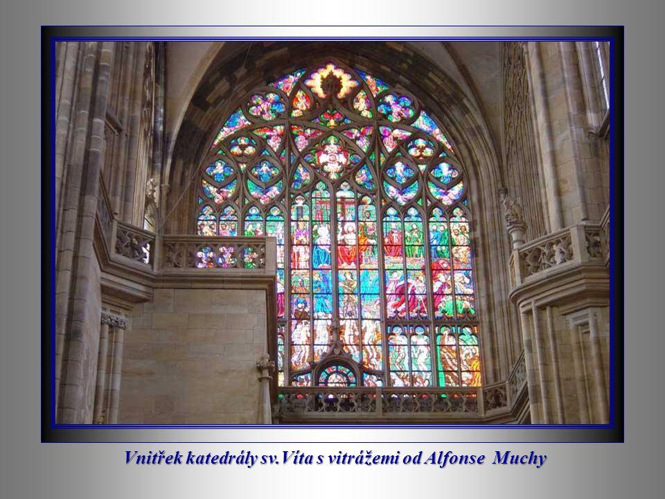 Vnitřek katedrály sv.Víta s vitrážemi od Alfonse Muchy