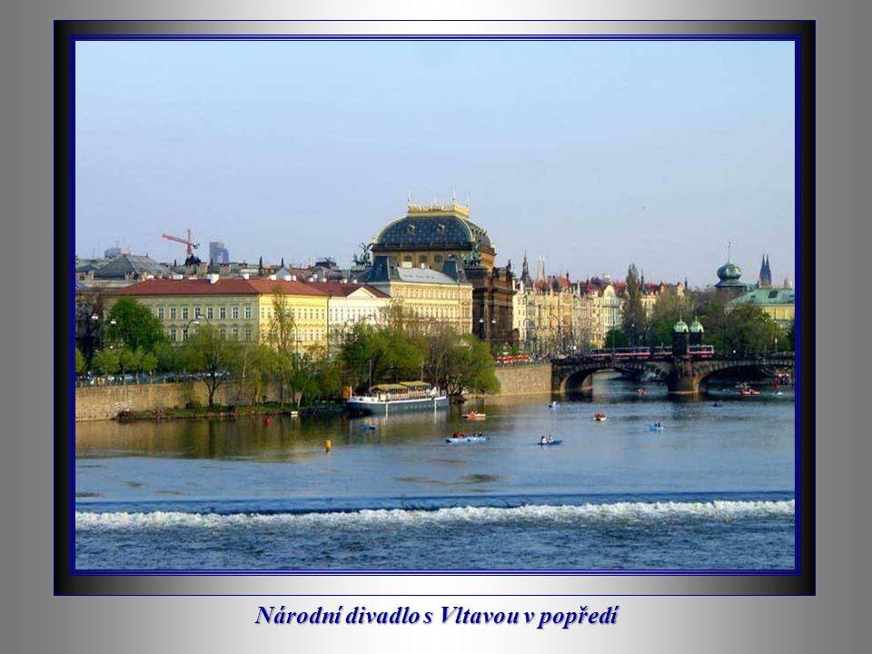 Národní divadlo s Vltavou v popředí