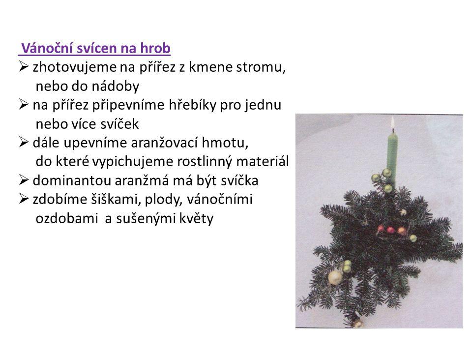 Vánoční svícen na hrob zhotovujeme na přířez z kmene stromu, nebo do nádoby. na přířez připevníme hřebíky pro jednu.