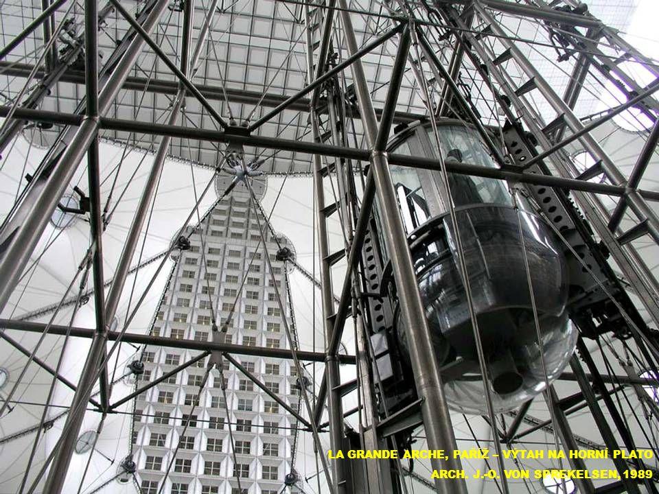 LA GRANDE ARCHE, PAŘÍŽ – VÝTAH NA HORNÍ PLATO