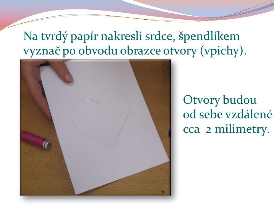 Na tvrdý papír nakresli srdce, špendlíkem