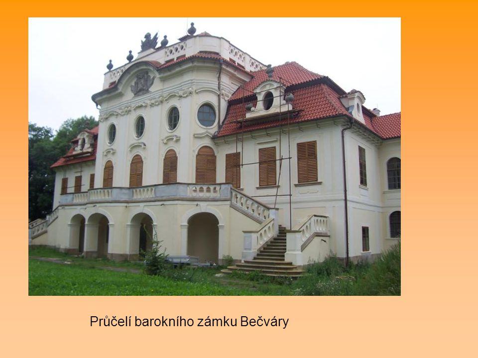 Průčelí barokního zámku Bečváry