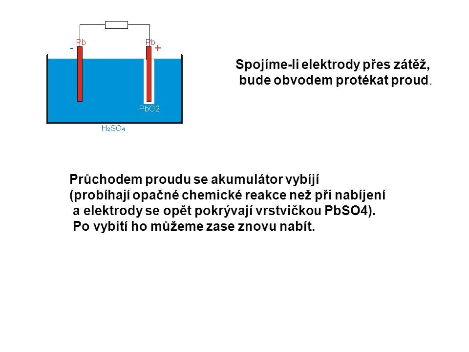 Spojíme-li elektrody přes zátěž,