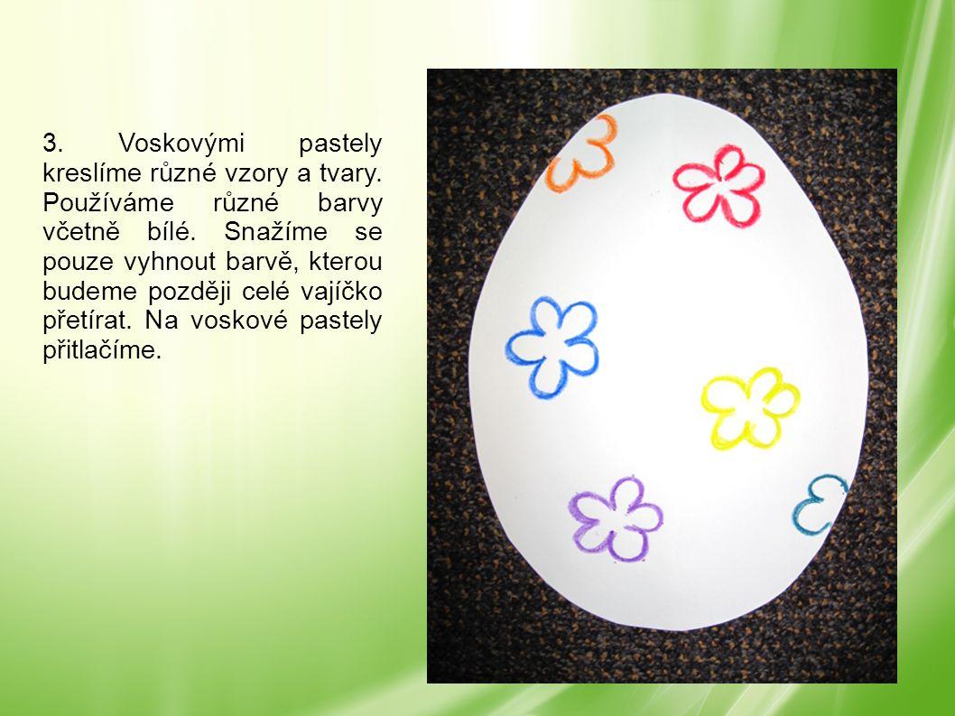 3. Voskovými pastely kreslíme různé vzory a tvary