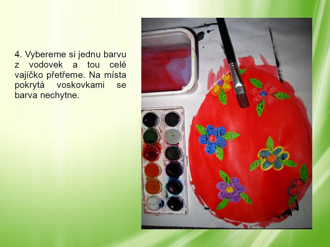 4. Vybereme si jednu barvu z vodovek a tou celé vajíčko přetřeme