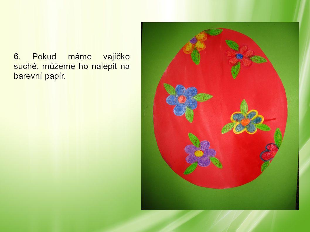 6. Pokud máme vajíčko suché, můžeme ho nalepit na barevní papír.