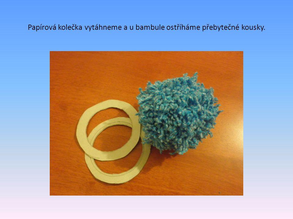 Papírová kolečka vytáhneme a u bambule ostříháme přebytečné kousky.
