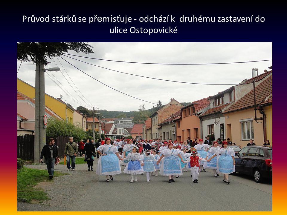 Průvod stárků se přemísťuje - odchází k druhému zastavení do ulice Ostopovické