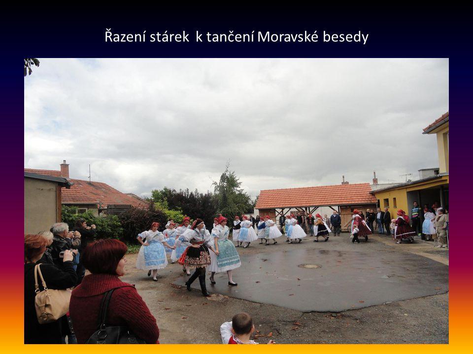 Řazení stárek k tančení Moravské besedy