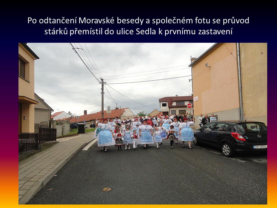 Po odtančení Moravské besedy a společném fotu se průvod stárků přemístil do ulice Sedla k prvnímu zastavení