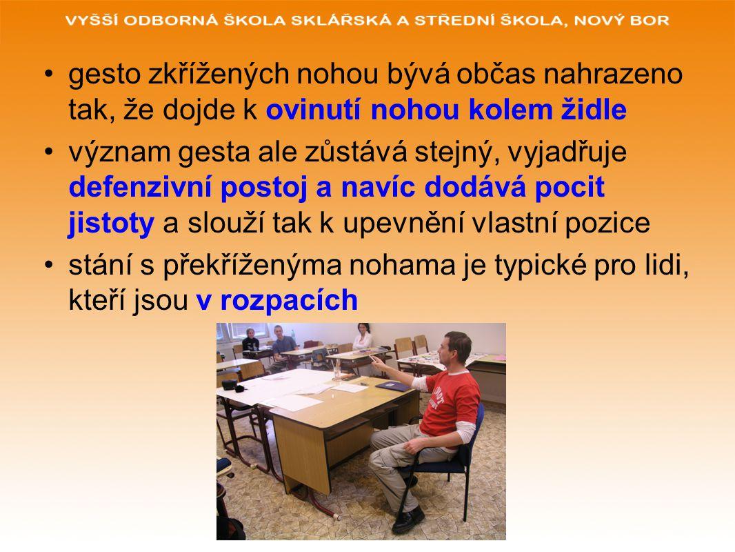 gesto zkřížených nohou bývá občas nahrazeno tak, že dojde k ovinutí nohou kolem židle
