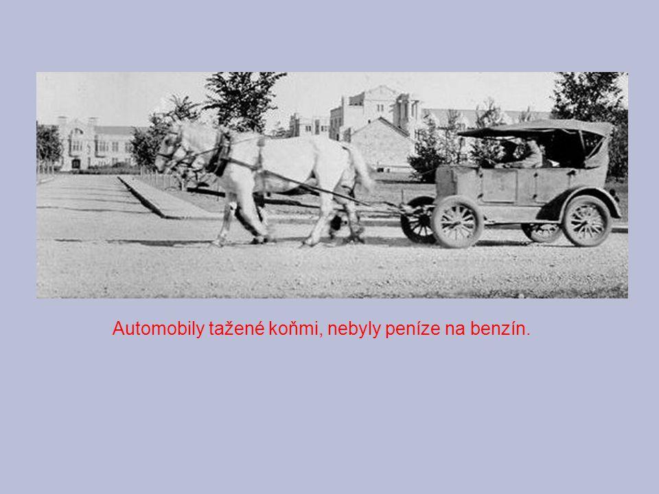 Automobily tažené koňmi, nebyly peníze na benzín.