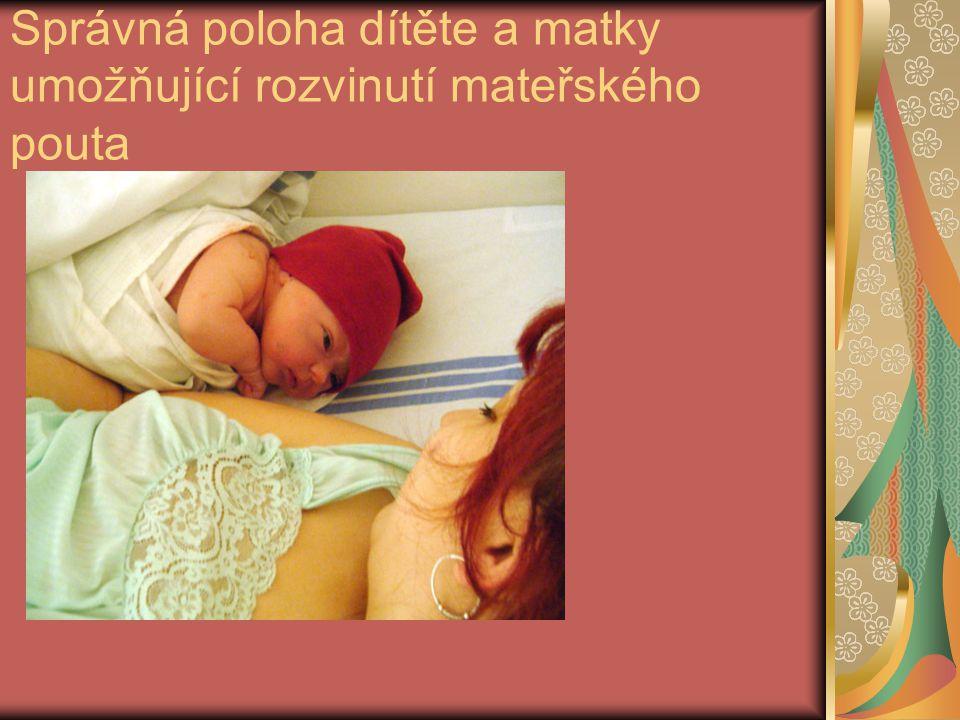 Správná poloha dítěte a matky umožňující rozvinutí mateřského pouta