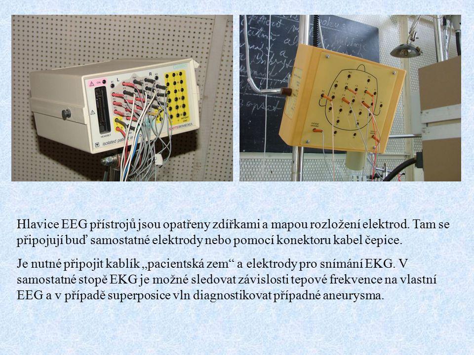 Hlavice EEG přístrojů jsou opatřeny zdířkami a mapou rozložení elektrod. Tam se připojují buď samostatné elektrody nebo pomocí konektoru kabel čepice.