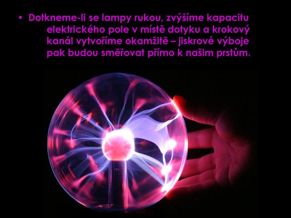 Dotkneme-li se lampy rukou, zvýšíme kapacitu