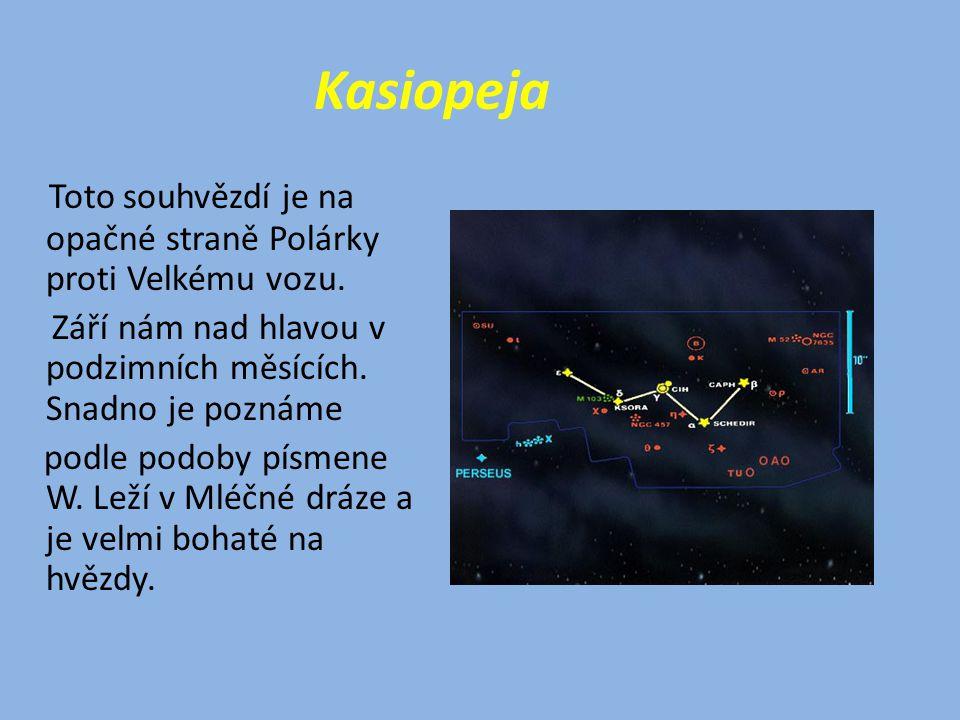 Kasiopeja Toto souhvězdí je na opačné straně Polárky proti Velkému vozu. Září nám nad hlavou v podzimních měsících. Snadno je poznáme.