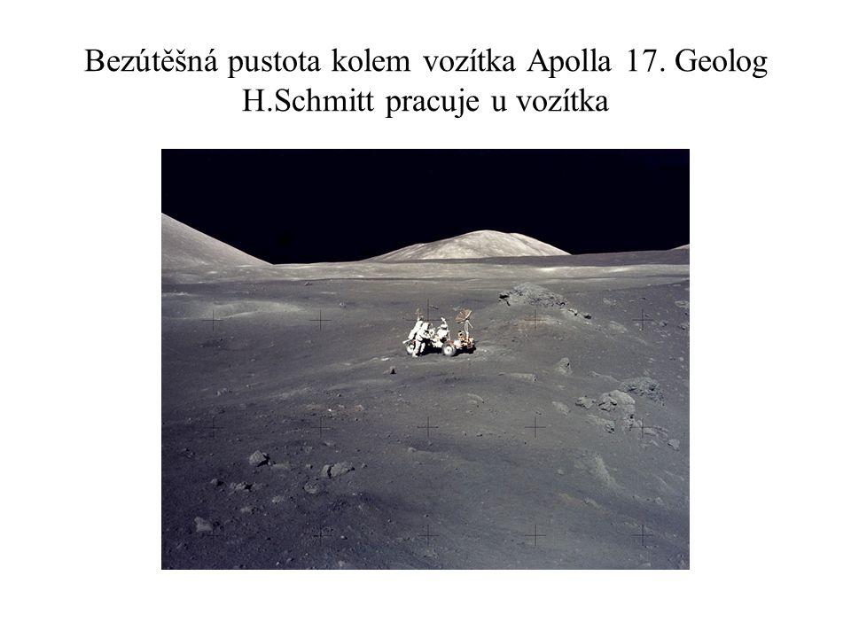 Bezútěšná pustota kolem vozítka Apolla 17. Geolog H