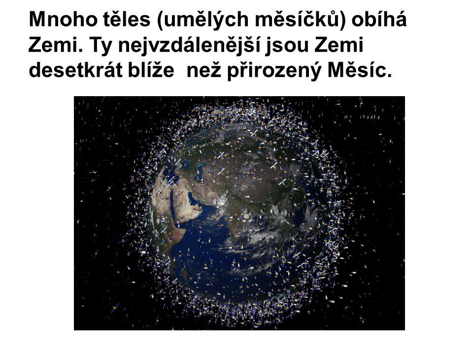 Mnoho těles (umělých měsíčků) obíhá Zemi