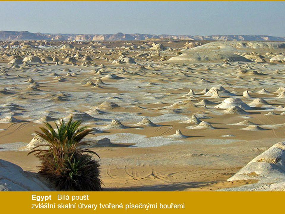 Egypt Bílá poušť zvláštní skalní útvary tvořené písečnými bouřemi