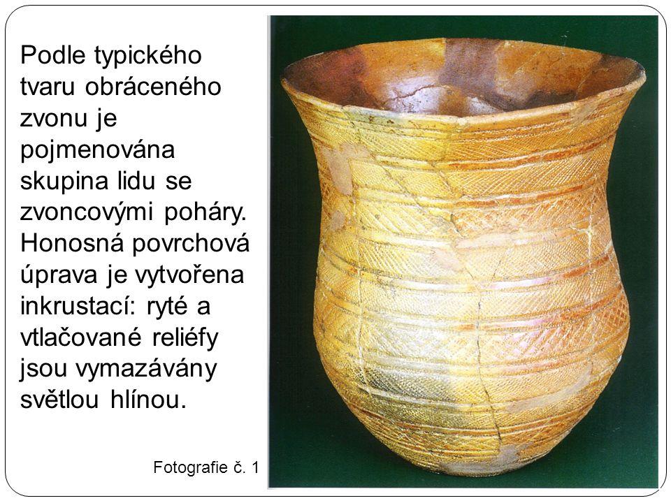 Podle typického tvaru obráceného zvonu je pojmenována skupina lidu se zvoncovými poháry. Honosná povrchová úprava je vytvořena inkrustací: ryté a vtlačované reliéfy jsou vymazávány světlou hlínou.