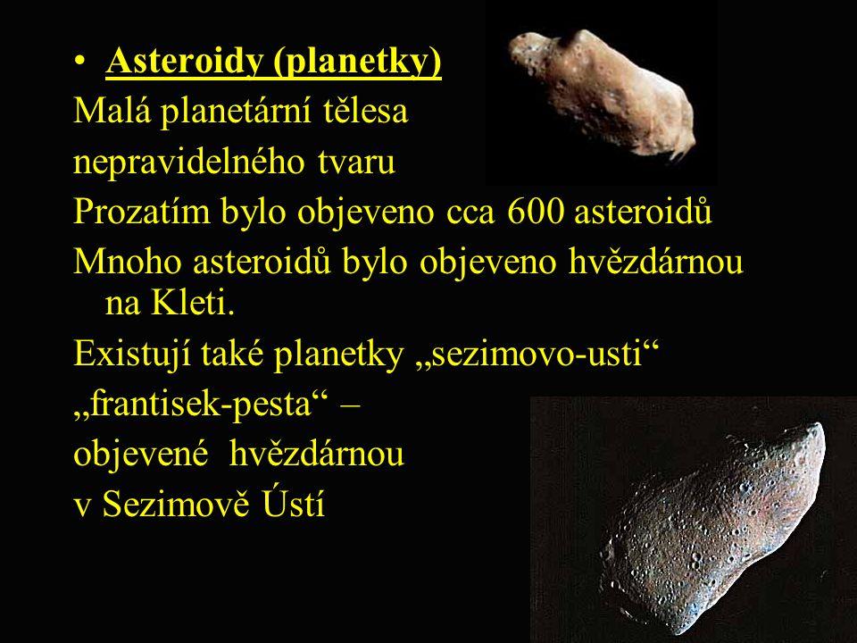 Asteroidy (planetky) Malá planetární tělesa. nepravidelného tvaru. Prozatím bylo objeveno cca 600 asteroidů.
