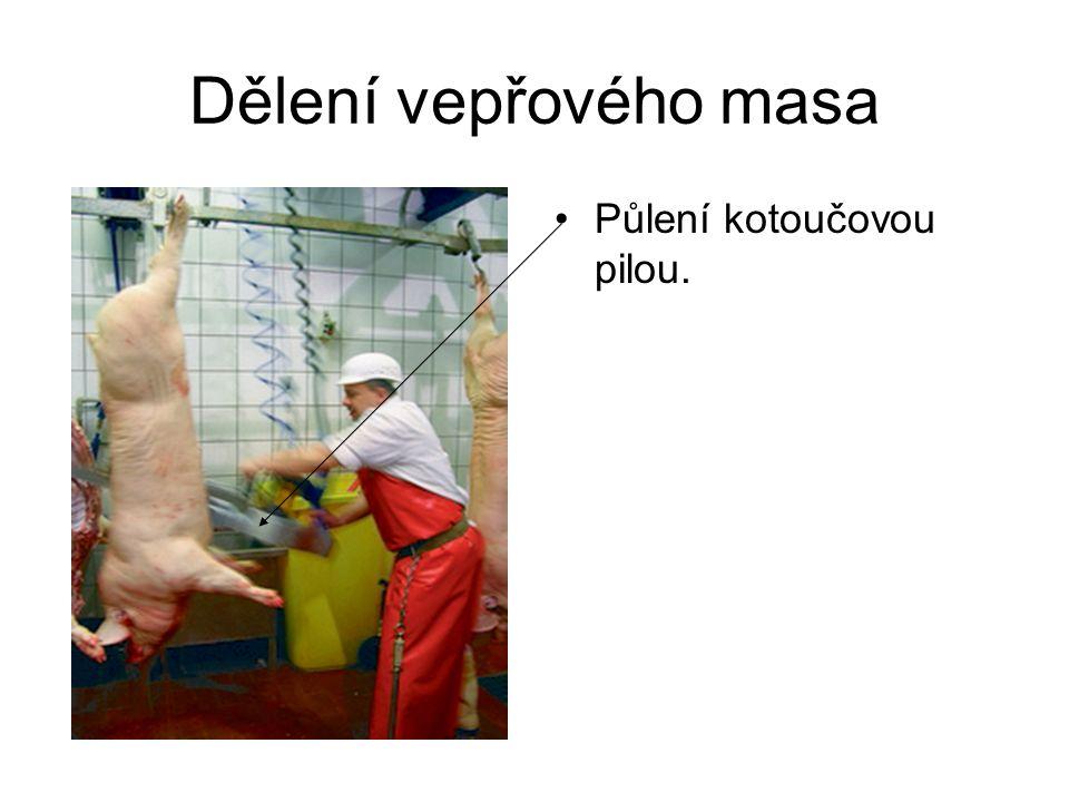 Dělení vepřového masa Půlení kotoučovou pilou.