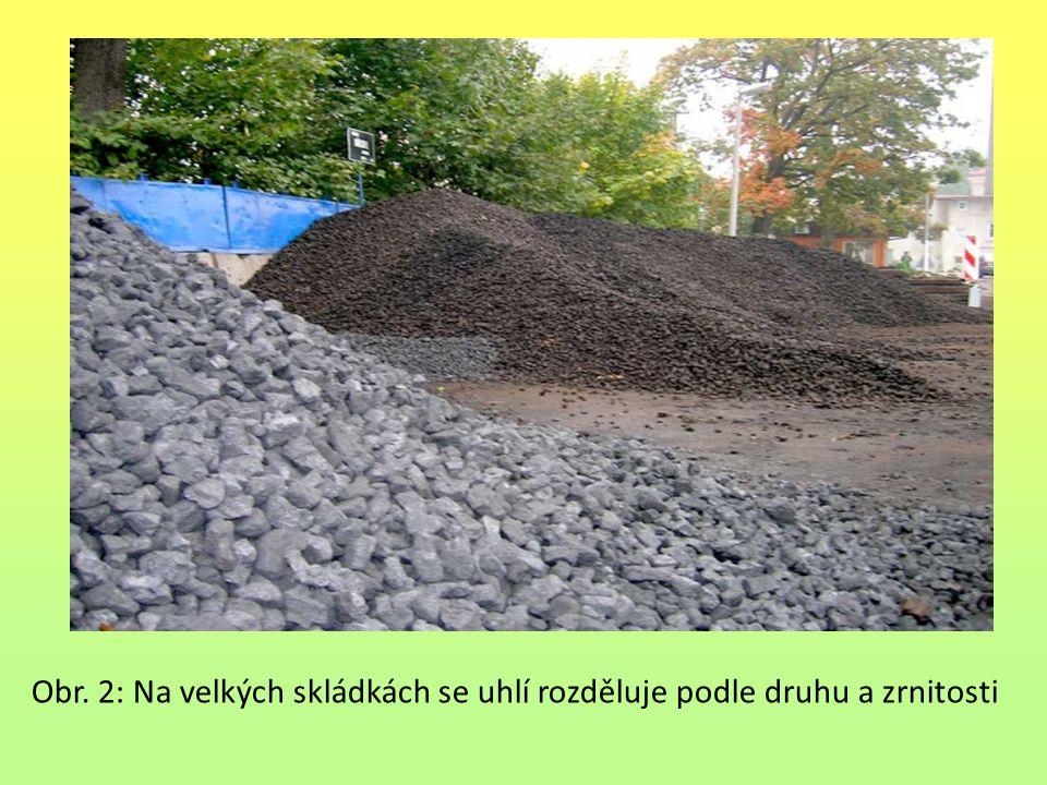 Obr. 2: Na velkých skládkách se uhlí rozděluje podle druhu a zrnitosti