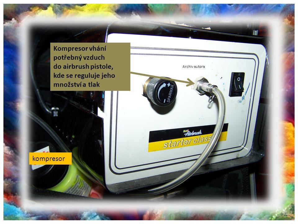 Kompresor vhání potřebný vzduch do airbrush pistole,