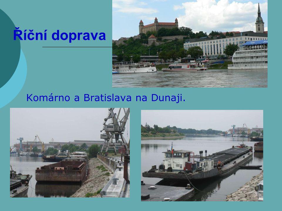 Říční doprava Komárno a Bratislava na Dunaji.