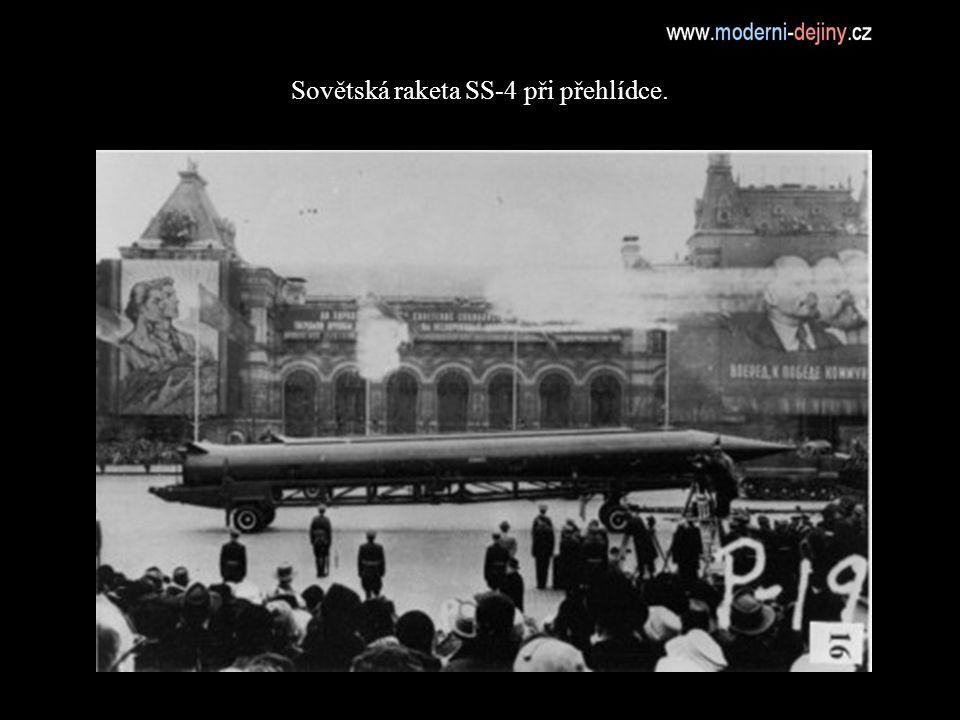 Sovětská raketa SS-4 při přehlídce.