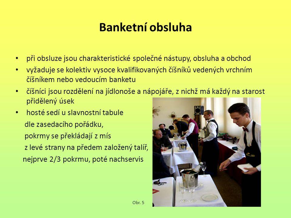 Banketní obsluha při obsluze jsou charakteristické společné nástupy, obsluha a obchod.