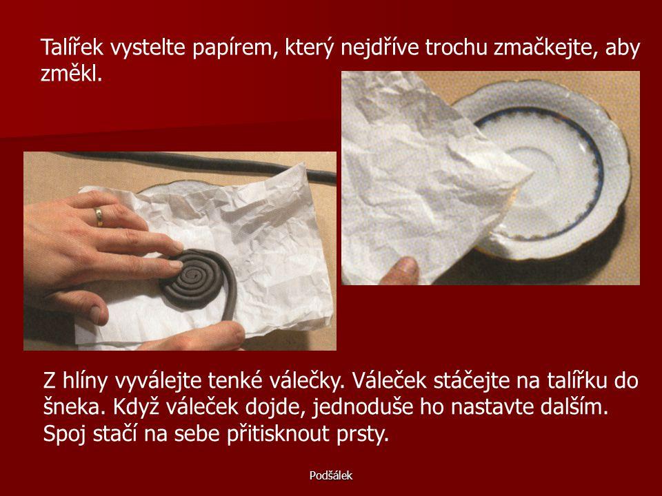 Talířek vystelte papírem, který nejdříve trochu zmačkejte, aby změkl.