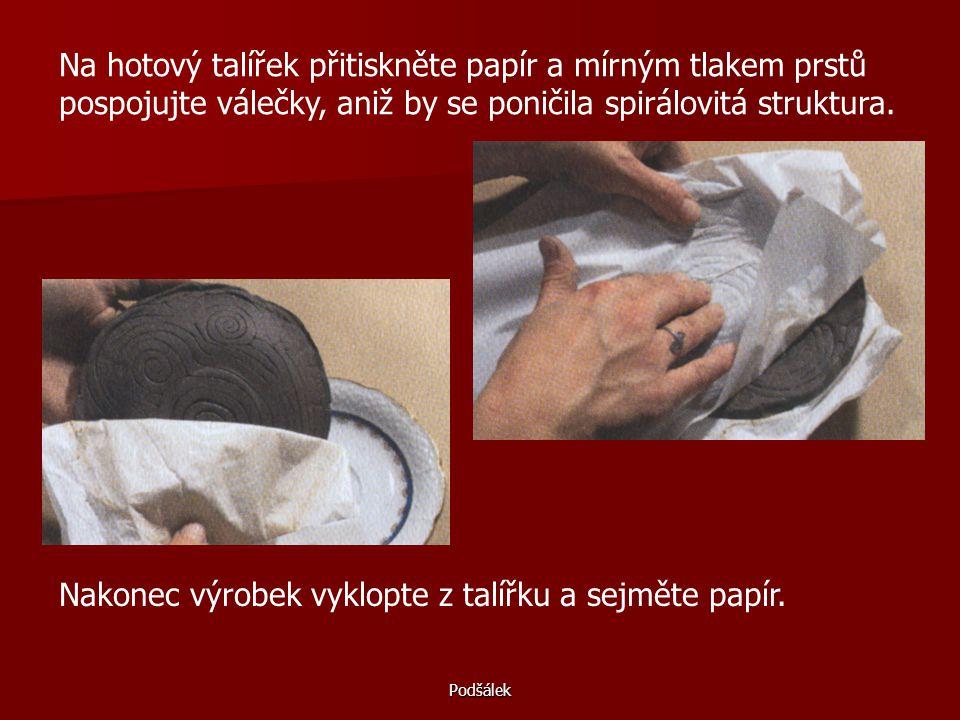 Nakonec výrobek vyklopte z talířku a sejměte papír.