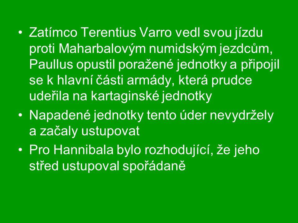 Zatímco Terentius Varro vedl svou jízdu proti Maharbalovým numidským jezdcům, Paullus opustil poražené jednotky a připojil se k hlavní části armády, která prudce udeřila na kartaginské jednotky