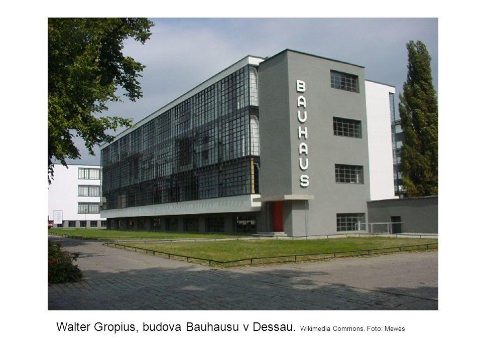 Walter Gropius, budova Bauhausu v Dessau. Wikimedia Commons